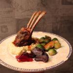 Lammecarre av villsau-lam med potet- og sellerirotmos, bakt rødbeter, smørstekt rosenkål og balsamicosaus