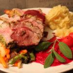 Perfekt lammecarre med rødvinsaus, potetmos, rødbetepure og ovnsbakte grønnsaker