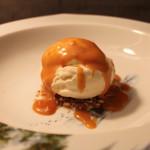 Vaniljeis med karamellisert brunostsaus og krokan