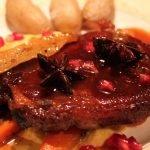 Barbequekoteletter med maiskrem, glaserte gulerøtter, saltbakte poteter og granateple