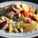 Pasta med røket laks, parmesansaus, egg, rucculasalat og dulcitatomat