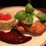 Kyllingbryst med ruccularisotto, persillerotkrem, bakt tomat, asparges og balsamicosaus