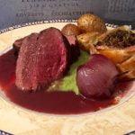 Fort hjort Wellington – med butterdeigpakke, rødvinssaus, ertepuré, rødvinsløk og potet