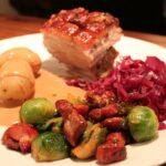 Ribbe med fløtesaus, amandinepotet, rødkål, bacon og rosenkål