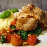 Ovnsbakt breiflabb med smørsaus, spinat, potetpuré, tomat- og basilikumsalat